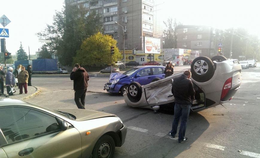 В Запорожье на перекрестке столкнулись «Chevrolet» и «Lanos», а «Hyundai» перевернулся на крышу (ФОТО), фото-1