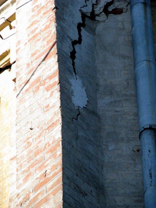 Фрагмент дома с трещиной, маяк на трещне-1