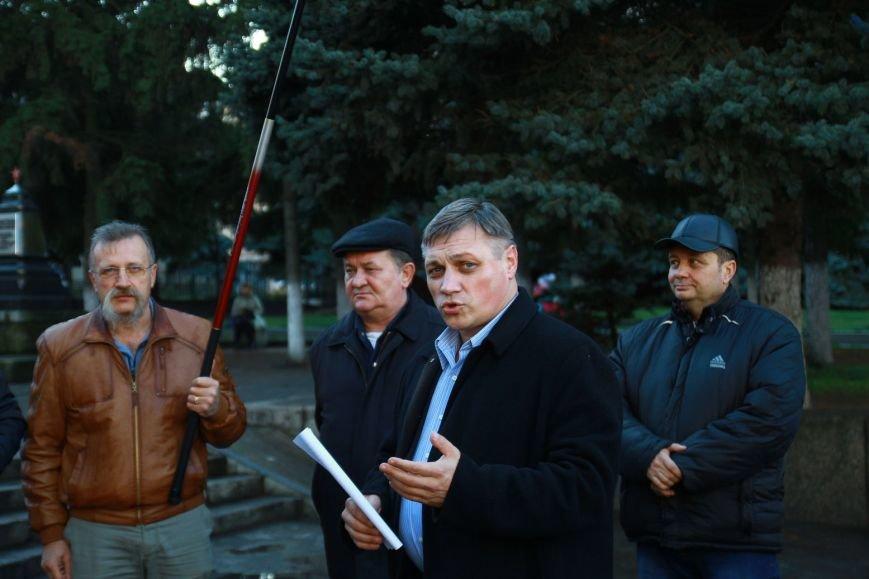 Крайний слева - глава Первомайской гор. парторганизации Виталий Каминский