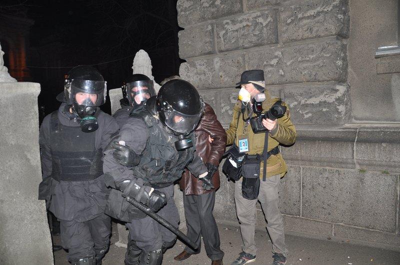 Внутренние войска при штурме администрации президента сознательно использовали как пушечное мясо, фото-1