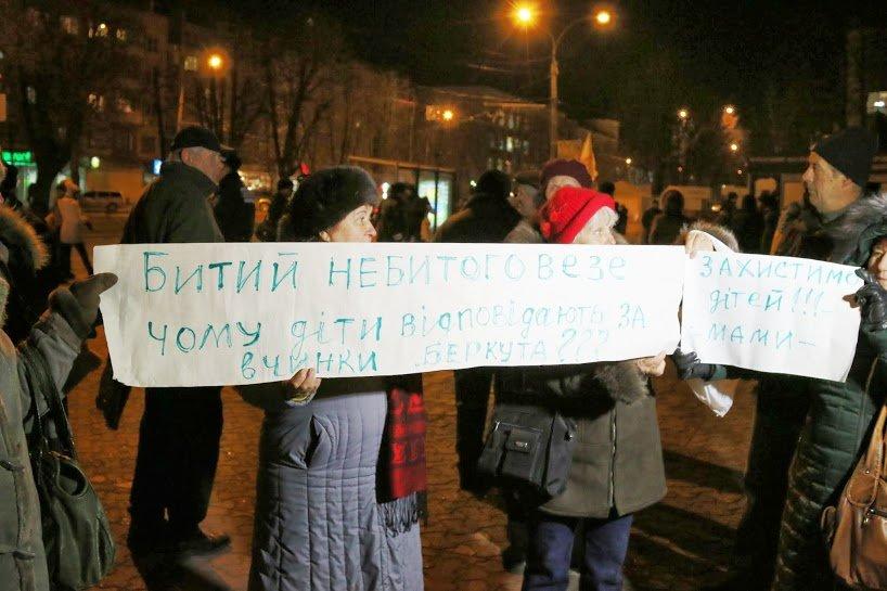 На Театральной площади Черкасс студенты собрались на Майдан, фото-1