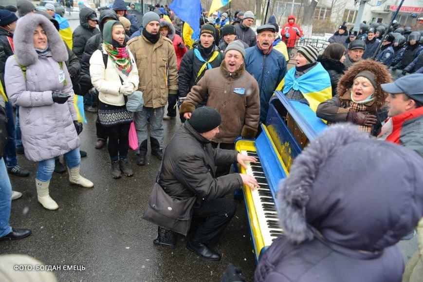 Було у Львові з'явилось у Києві: на євромайдані поставили вуличне фортепіано (ФОТО), фото-2