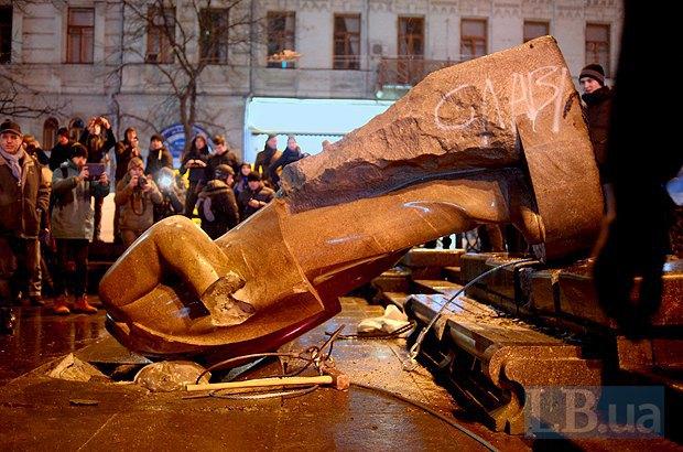 В Киеве снесли последний памятник Ленину - вандализм или форма демократии? (ВИДЕО), фото-2
