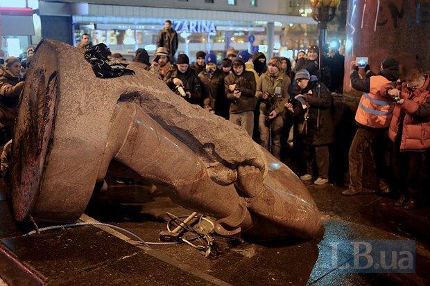 В Киеве снесли последний памятник Ленину - вандализм или форма демократии? (ВИДЕО), фото-3
