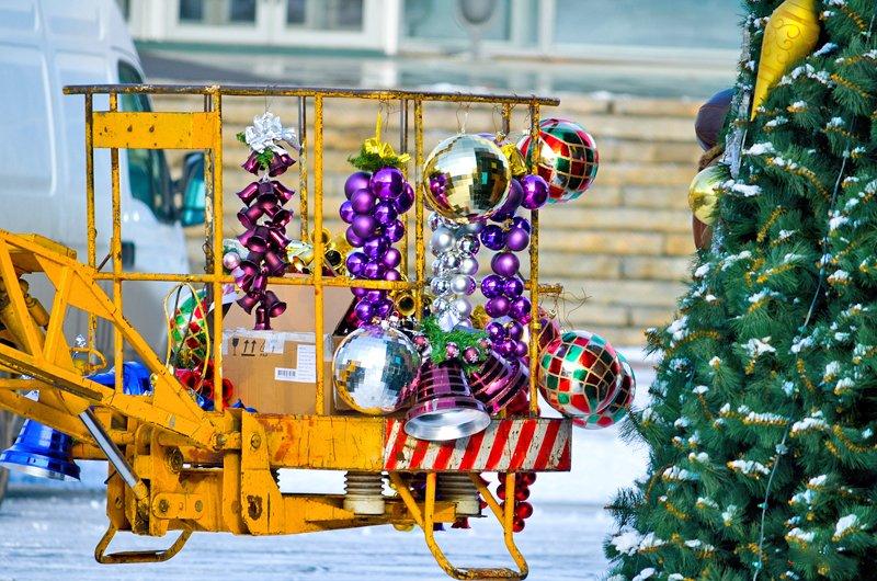 В Луганске установили главную елку теперь ее украшают (ФОТО), фото-2