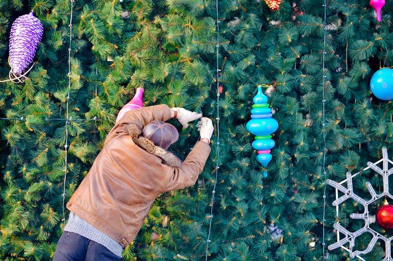 В Луганске установили главную елку теперь ее украшают (ФОТО), фото-7