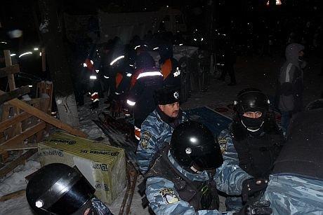 Вночі правоохоронці зачистили барикади поблизу Банкової. Є постраждалі (ФОТО), фото-3