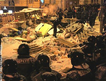 Вночі правоохоронці зачистили барикади поблизу Банкової. Є постраждалі (ФОТО), фото-1