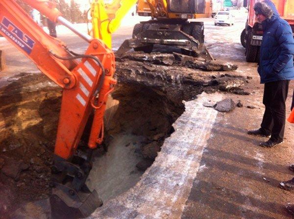В Белгороде дорогу перекроют из-за дыры в асфальте [видео], фото-1