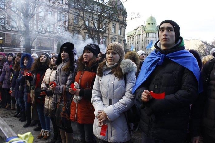 Львівські студенти стали на коліна у центрі Львова (ФОТО, ВІДЕО), фото-1