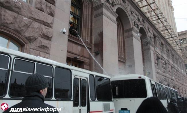 Як Майдан відбив атаку «Беркута» на будівлю КМДА (ФОТОРЕПОРТАЖ), фото-2
