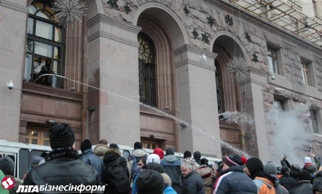 Як Майдан відбив атаку «Беркута» на будівлю КМДА (ФОТОРЕПОРТАЖ), фото-7