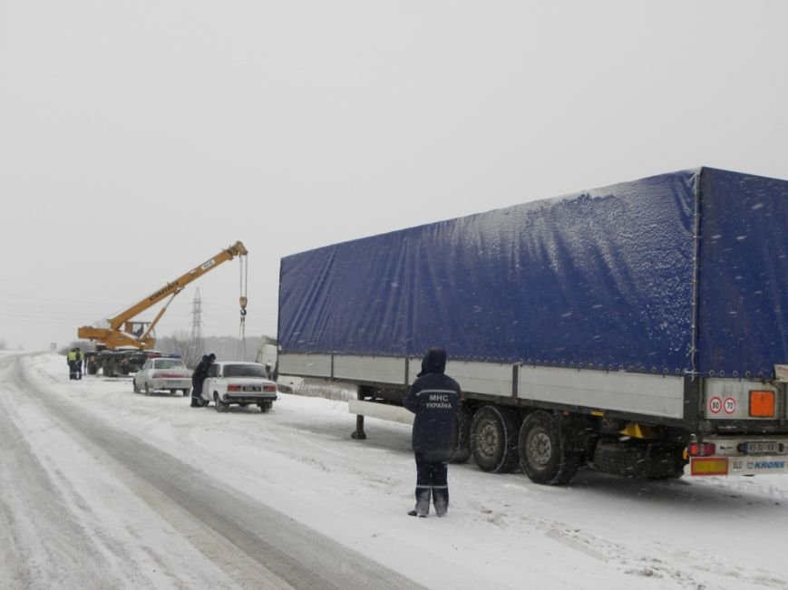 Чернигов: спасатели вытащили из кювета фуру, груженую 18 т краски (ФОТО), фото-2