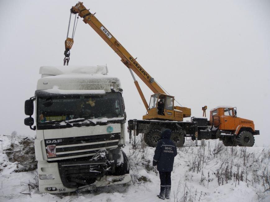 Чернигов: спасатели вытащили из кювета фуру, груженую 18 т краски (ФОТО), фото-4