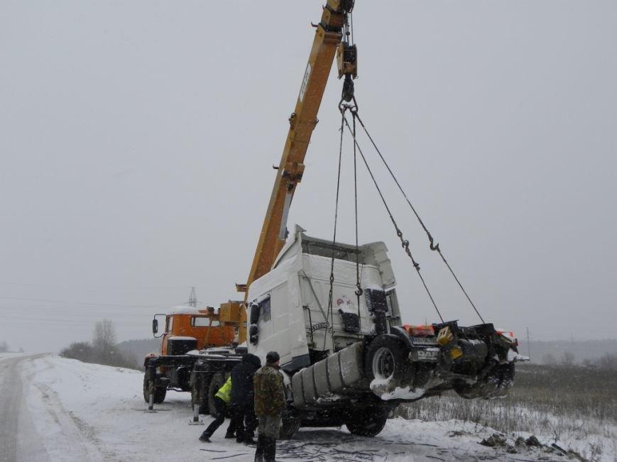 Чернигов: спасатели вытащили из кювета фуру, груженую 18 т краски (ФОТО), фото-1