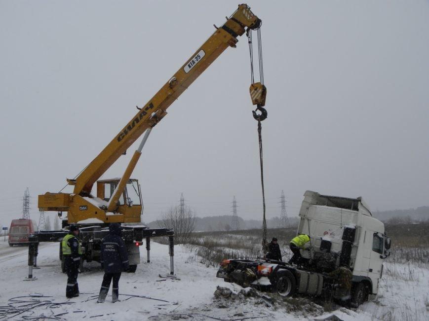 Чернигов: спасатели вытащили из кювета фуру, груженую 18 т краски (ФОТО), фото-3