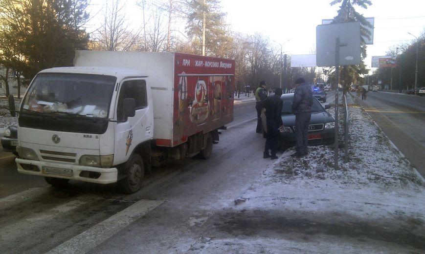 В  центре Мариуполя  на скользком проспекте не разъехались  грузовик и легковушка (ФОТО), фото-3