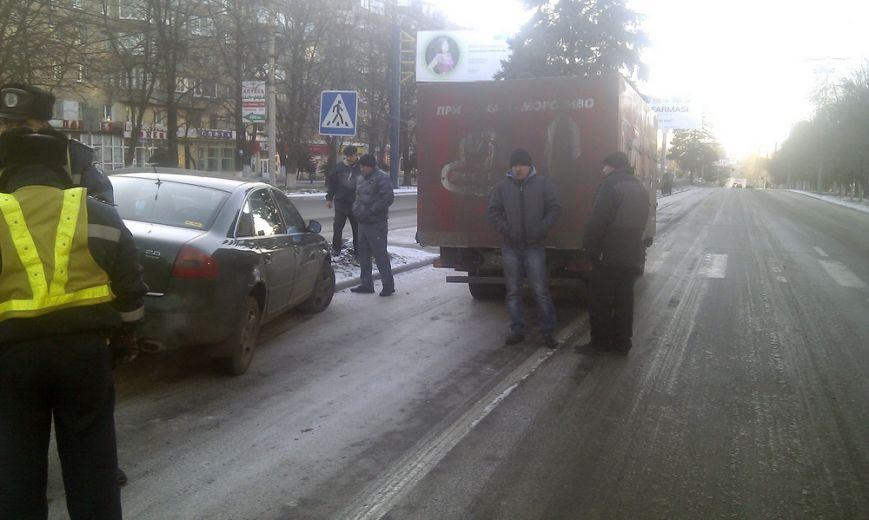 В  центре Мариуполя  на скользком проспекте не разъехались  грузовик и легковушка (ФОТО), фото-1