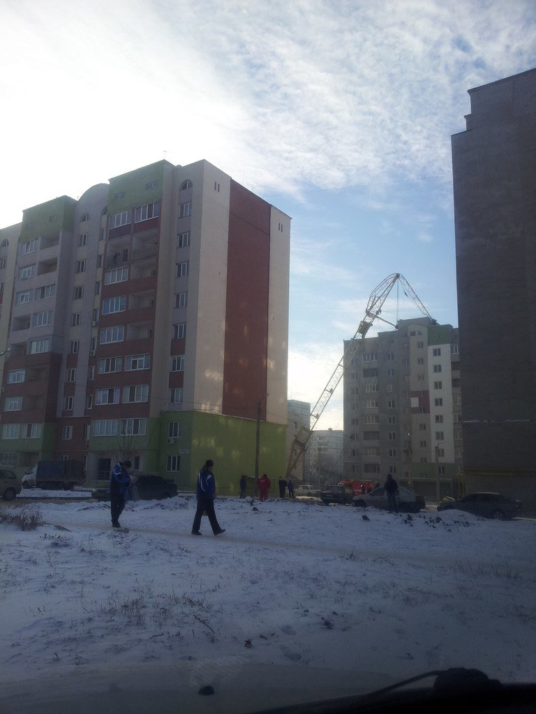 В Харькове башенный кран упал прямо на жилой дом (фото), фото-1