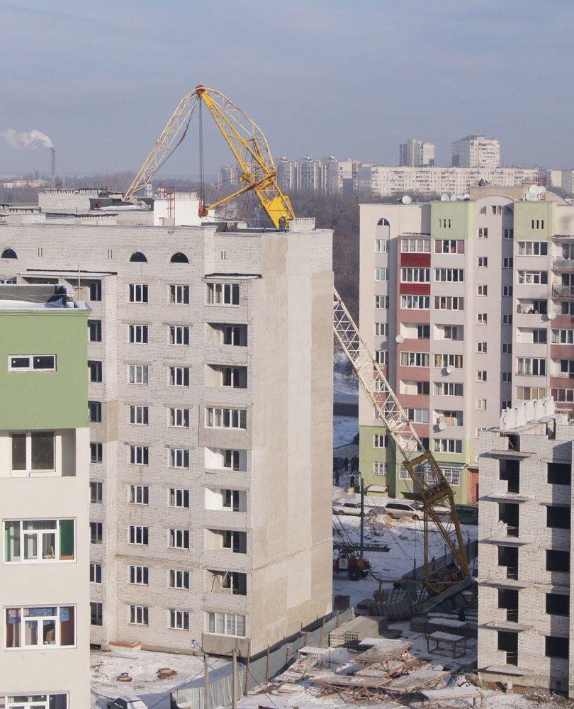 В Харькове башенный кран упал прямо на жилой дом (фото), фото-2