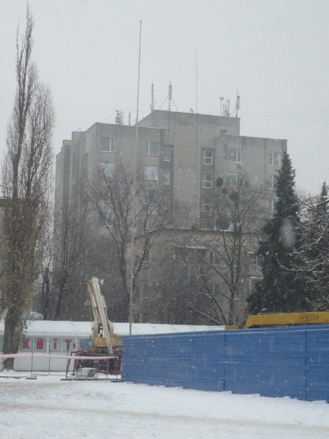 На Театральной площади Черкасс идут работы по восстановлению сломанного день назад флагштока, фото-1