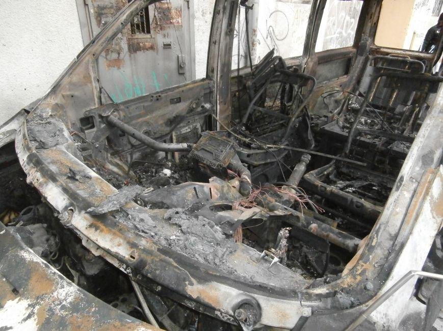 Под окнами жилого дома в центре Харькова неизвестные, угрожая местным жителям, сожгли машину организаторов «евромайдана» (ПОДРОБНОСТИ), фото-4