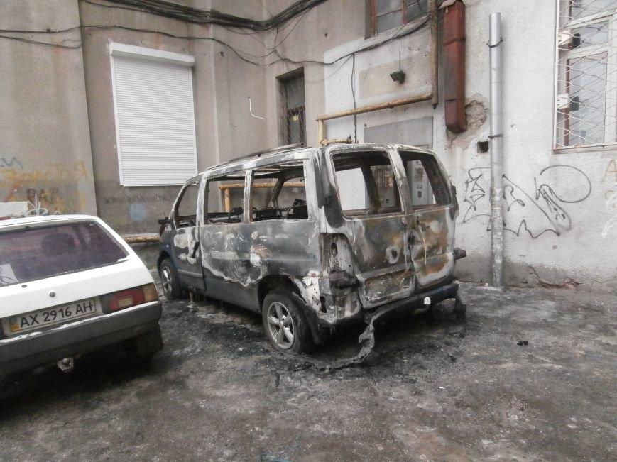 Под окнами жилого дома в центре Харькова неизвестные, угрожая местным жителям, сожгли машину организаторов «евромайдана» (ПОДРОБНОСТИ), фото-1