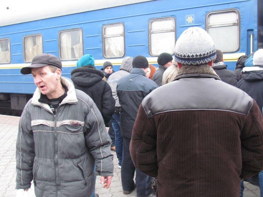 Мариупольцы в забитом спецпоезде отправились отстаивать рабочий Донбасс (ФОТО), фото-2