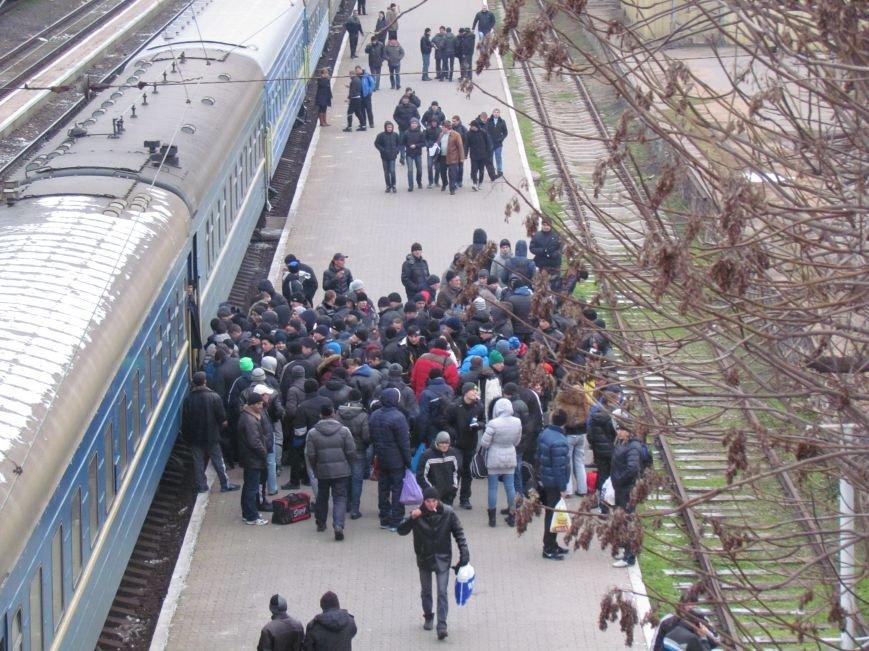 Мариупольцы в забитом спецпоезде отправились отстаивать рабочий Донбасс (ФОТО), фото-1