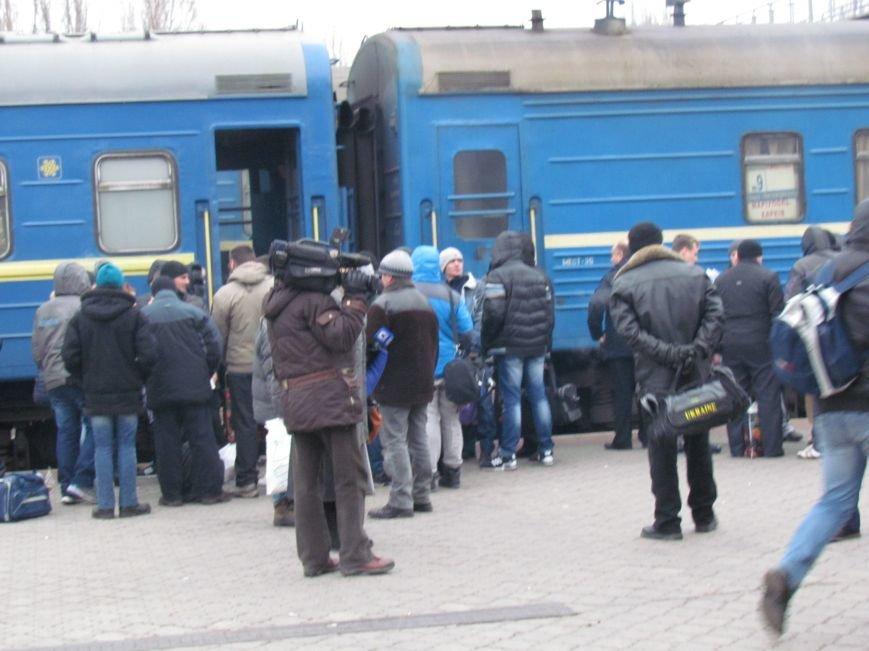 Мариупольцы в забитом спецпоезде отправились отстаивать рабочий Донбасс (ФОТО), фото-3