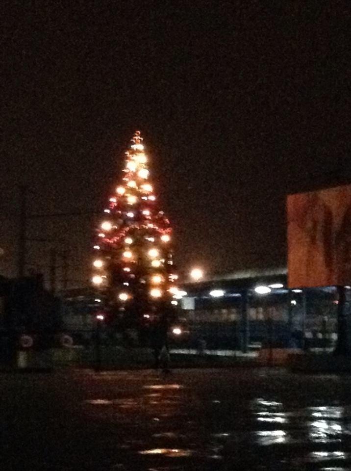 На приміському вокзалі засвітили святкову ялинку (ФОТО), фото-1
