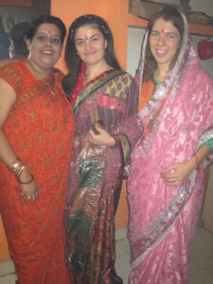 на праздник Дивали семья индусов - Мукеш и Рану подарили нам с Леной сари