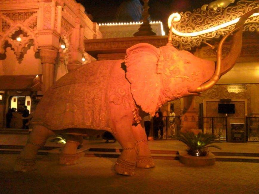 Слоник на входе в Kingdom of Draems - крутой развлекательный центр