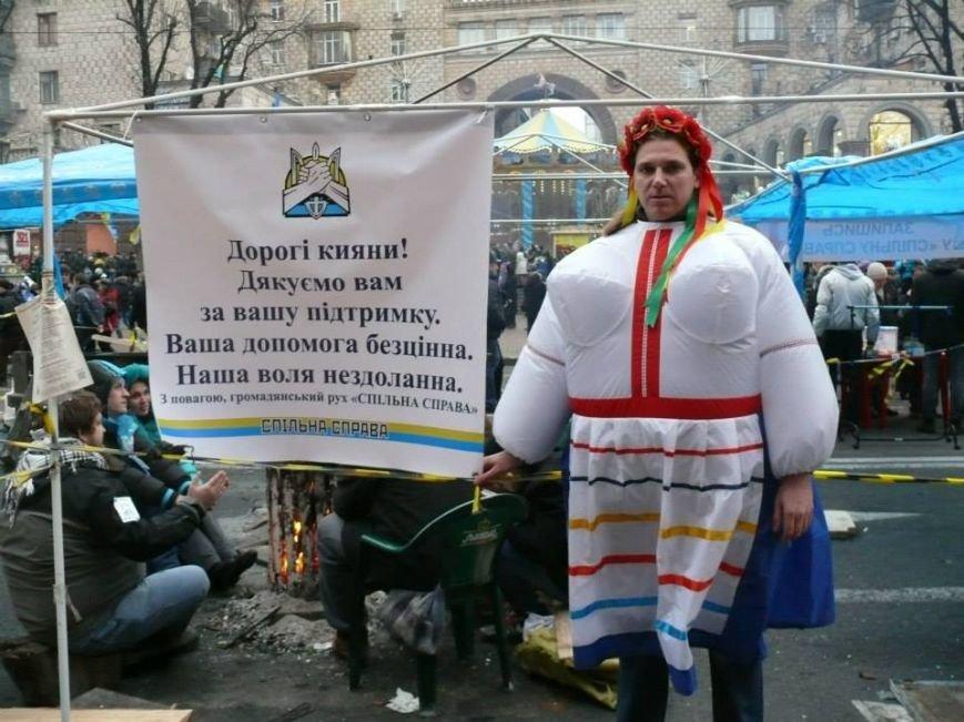 На флешмобі на Євромайдані жінки одягали одяг з великими грудьми (ФОТО), фото-1