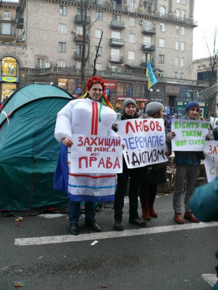 На флешмобі на Євромайдані жінки одягали одяг з великими грудьми (ФОТО), фото-4