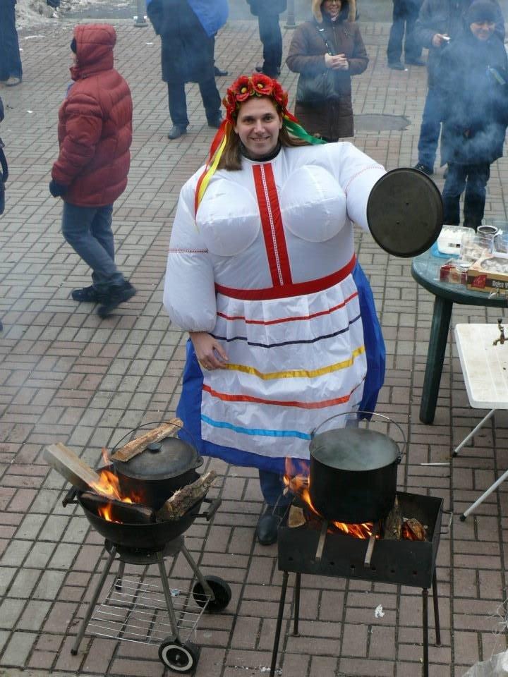 На флешмобі на Євромайдані жінки одягали одяг з великими грудьми (ФОТО), фото-3