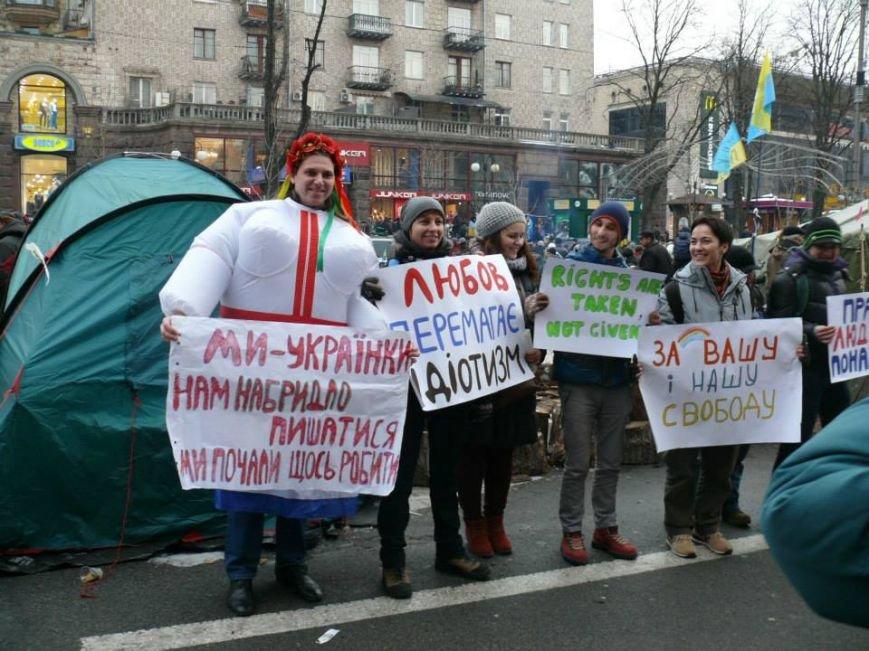 На флешмобі на Євромайдані жінки одягали одяг з великими грудьми (ФОТО), фото-2