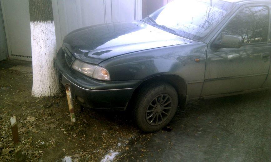 В Мариуполе на проспекте Ленина стоит разбитый автомобиль (ФОТО), фото-2