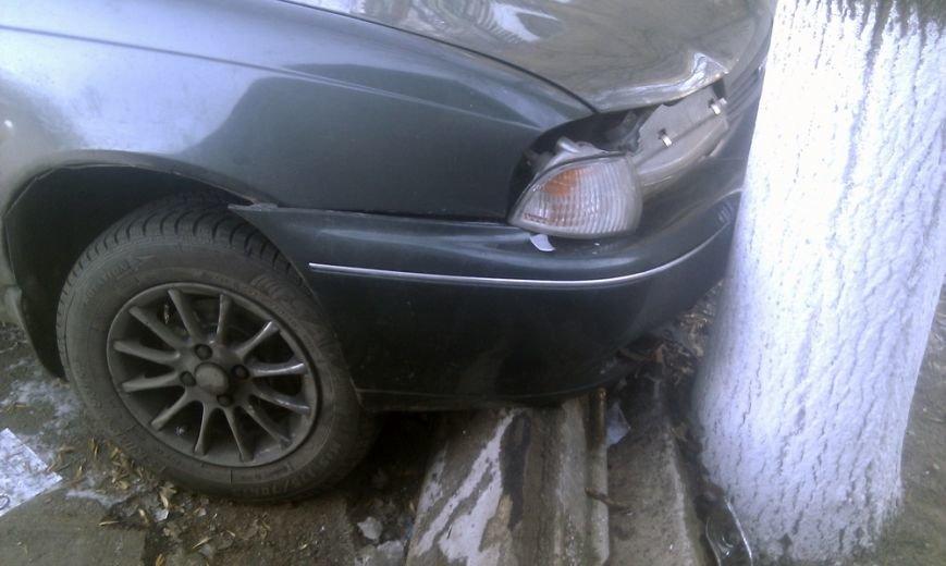 В Мариуполе на проспекте Ленина стоит разбитый автомобиль (ФОТО), фото-1