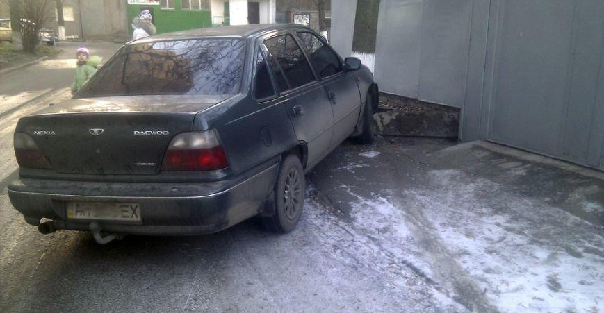 В Мариуполе на проспекте Ленина стоит разбитый автомобиль (ФОТО), фото-4