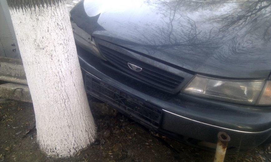 В Мариуполе на проспекте Ленина стоит разбитый автомобиль (ФОТО), фото-3