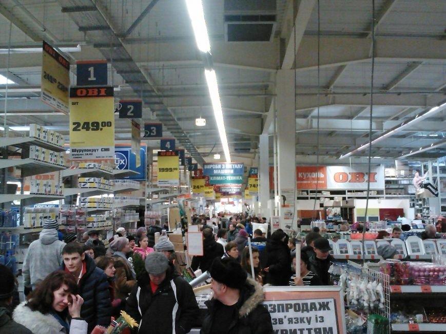 У народа деньги есть! Мариупольцы берут штурмом строительный гипермаркет (Фотофакт), фото-4