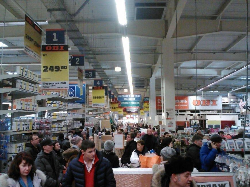 У народа деньги есть! Мариупольцы берут штурмом строительный гипермаркет (Фотофакт), фото-1