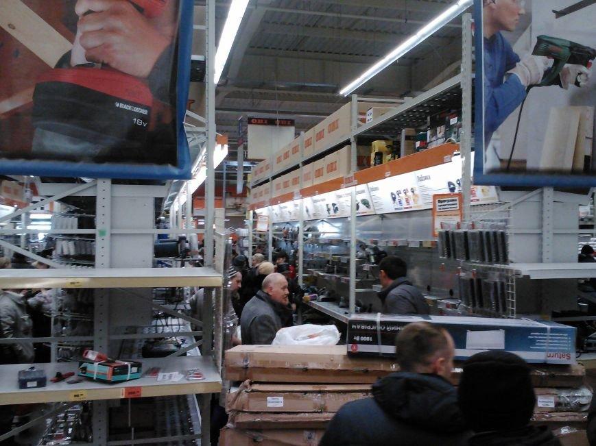 У народа деньги есть! Мариупольцы берут штурмом строительный гипермаркет (Фотофакт), фото-3