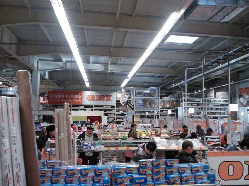 У народа деньги есть! Мариупольцы берут штурмом строительный гипермаркет (Фотофакт), фото-7