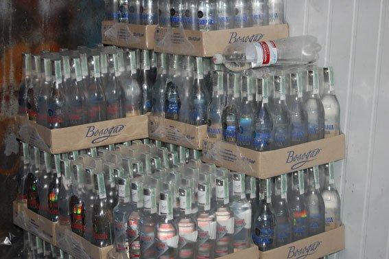 У супермаркетах Львова продавали тисячі пляшок фальсифікованої горілки (ФОТО), фото-1
