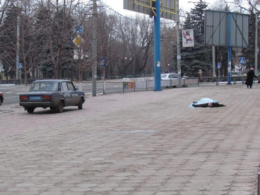 В центре Мариуполя на глазах у прохожих скончался мужчина (ФОТО), фото-1