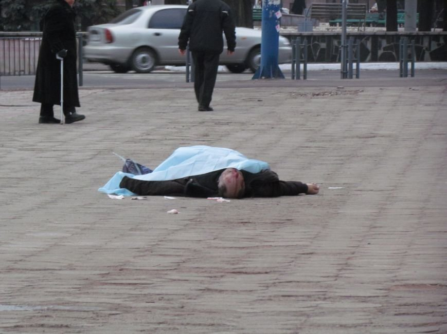 В центре Мариуполя на глазах у прохожих скончался мужчина (ФОТО), фото-4