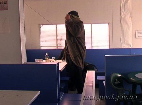 В Мариуполе задержали женщину, обокравшую уставшего заводчанина (ФОТО), фото-1