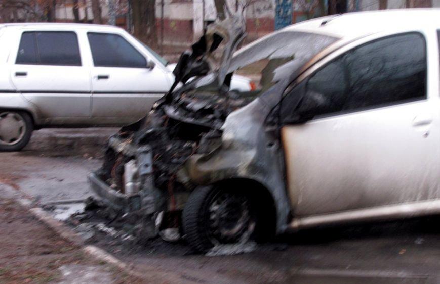 В Запорожье в жилом дворе сгорел автомобиль (ФОТО), фото-2